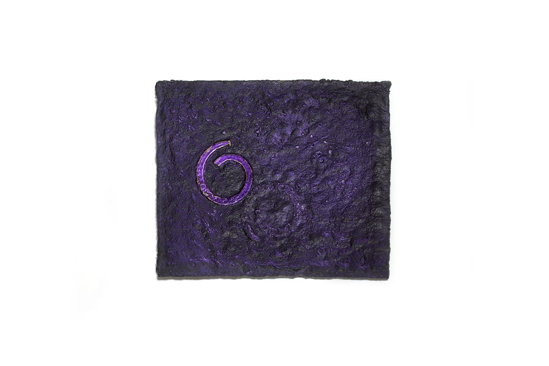 Asleep. Esmalte, pigmento iridiscente y aceite de lino sobre papel macheé con estructura de zinc. 22,3 x 18,5 cm. 2019