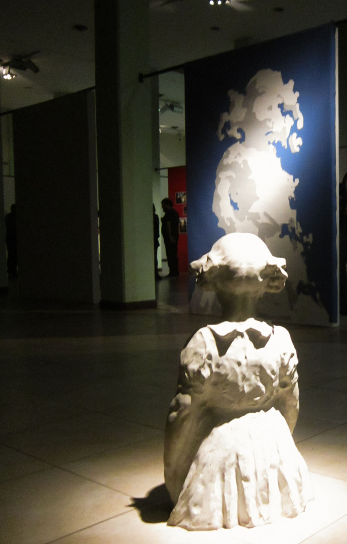 Instalación perenne. Pintura sin título y escultura La niña de José Gerbino, Museo de artes visuales de Concordia 2017.